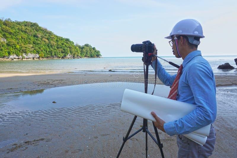 亚裔男性工程师是耐心和坚定的探索和开发自然资源 库存图片