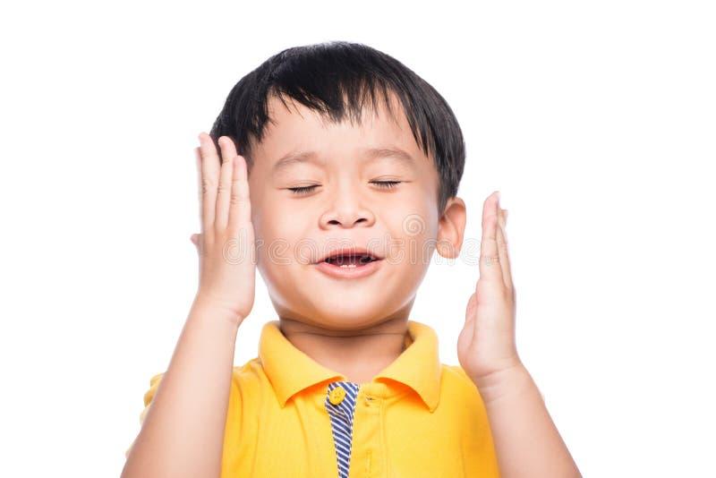 亚裔矮小的逗人喜爱的人的孩子关闭了眼睛面孔 免版税库存图片