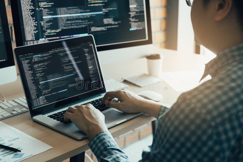亚裔编程和加密技术网站在书桌上的设计程序员的人运作的发展在办公室 免版税图库摄影