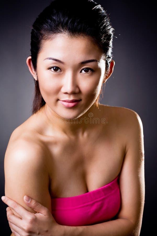 亚裔美丽的微笑妇女 免版税库存图片