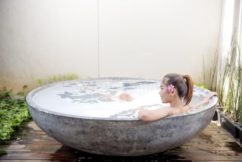亚裔美丽的松弛妇女 免版税库存照片