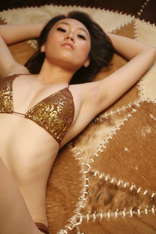 亚裔美丽的比基尼泳装女孩 免版税库存图片