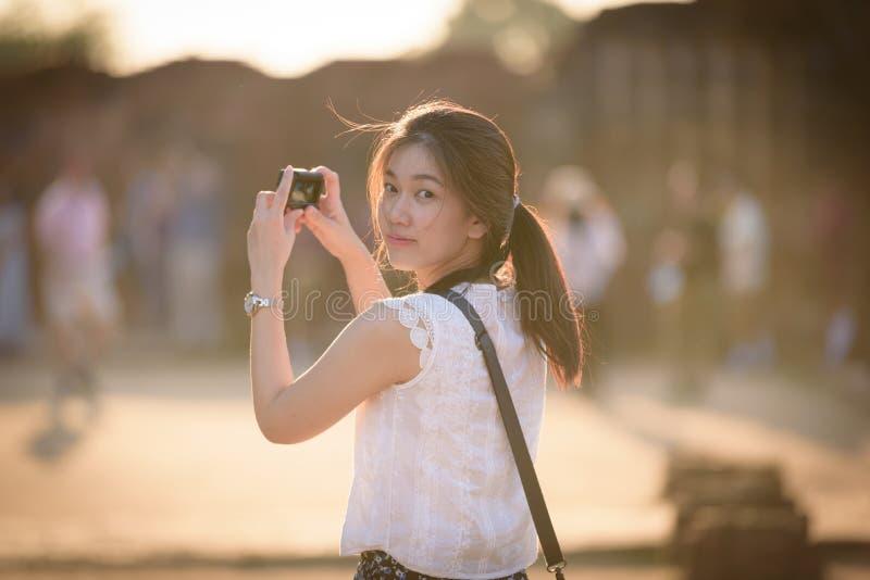 亚裔美女有旅行并且拍照片在柴瓦塔那兰寺寺庙在Ayuthaya,泰国 免版税库存图片