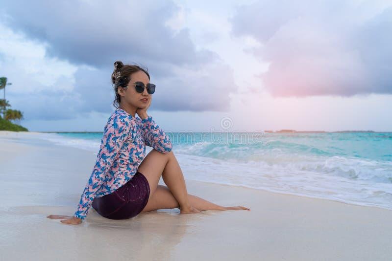 亚裔美女enjoyful旅行的海背景 库存图片
