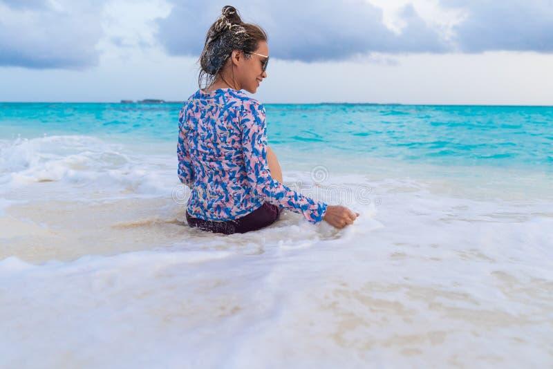 亚裔美女enjoyful旅行的海背景 库存照片