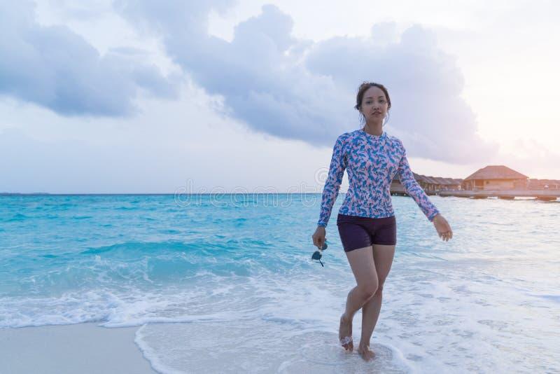 亚裔美女enjoyful旅行的海背景 图库摄影