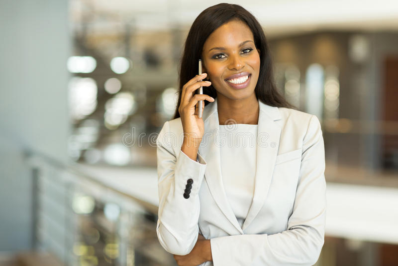 亚裔背景女实业家白种人女性查出混合模型电话种族微笑的诉讼联系的白色 免版税库存照片