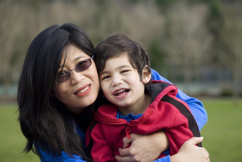 亚裔藏品母亲公园儿子 免版税库存图片