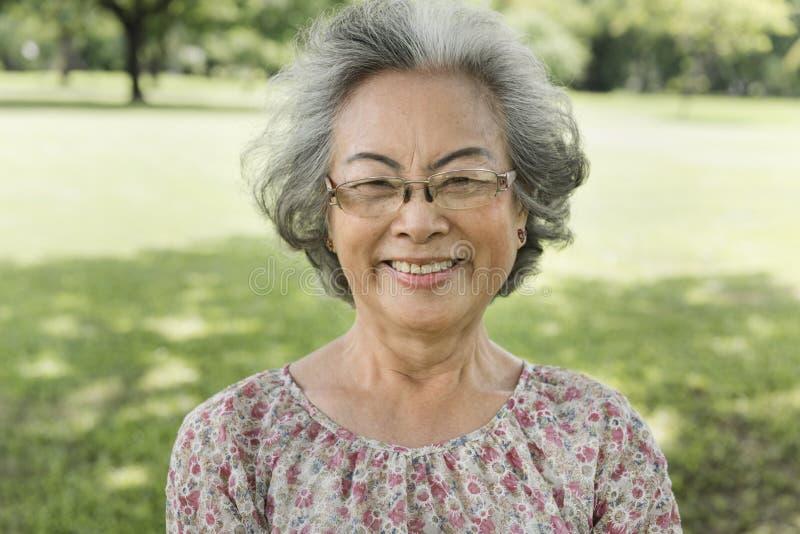 亚裔资深妇女微笑的生活方式幸福概念 库存照片