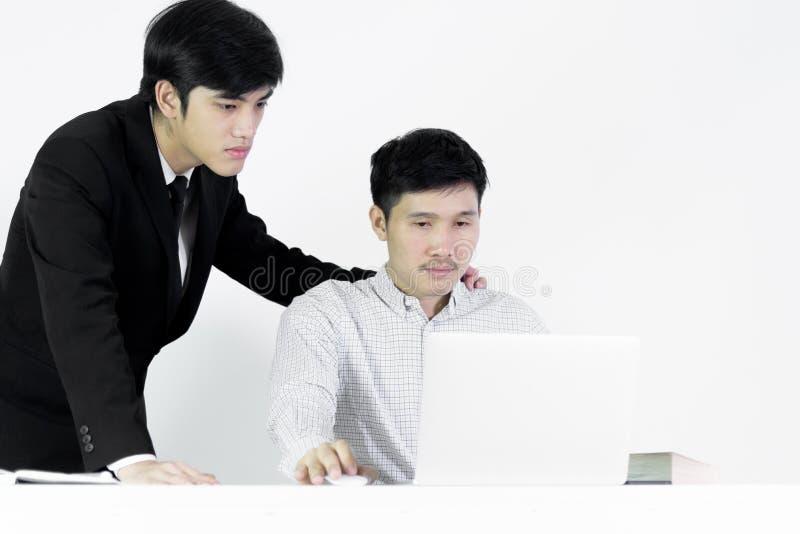 亚裔饲槽商人和雇员薪金人有工作与愉快的感觉和成功一起,隔绝在白色背景 库存图片