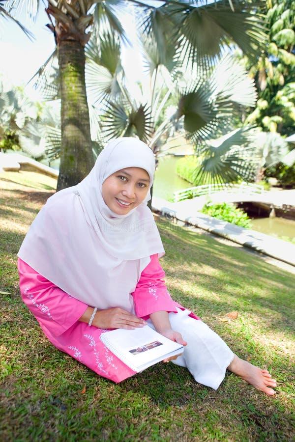 亚裔马来的回教读取妇女 免版税库存照片