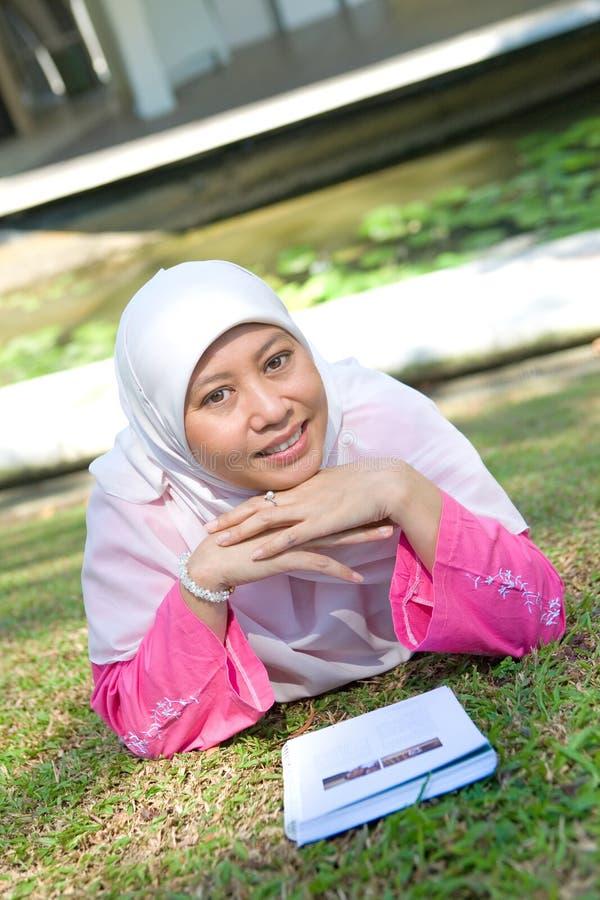 亚裔马来的回教读取妇女 免版税库存图片