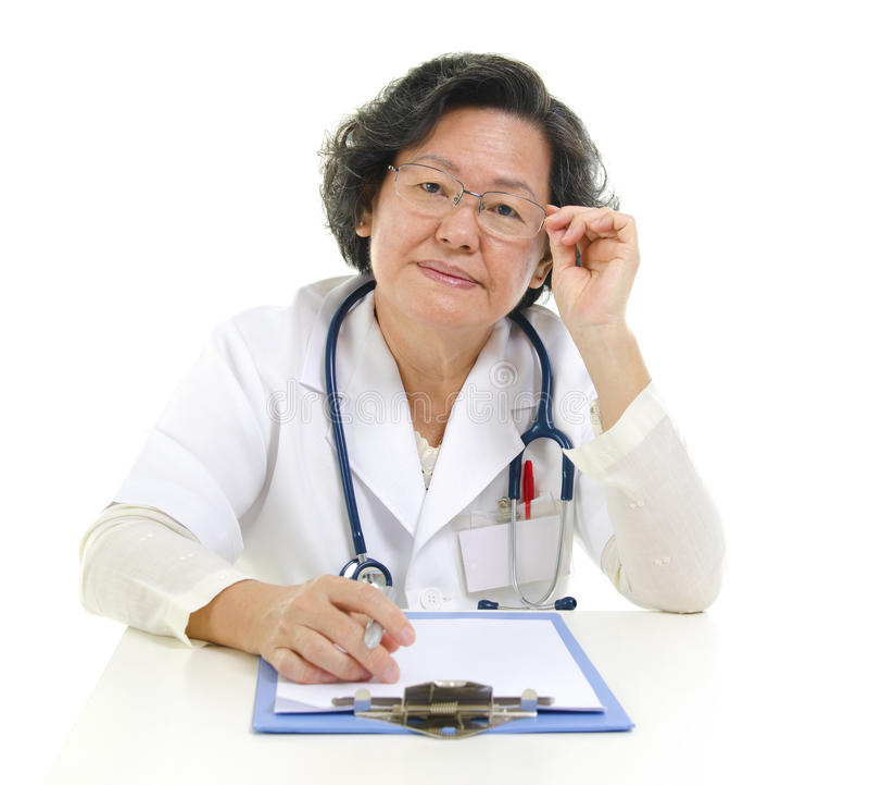 亚裔高级女性医生 免版税库存图片
