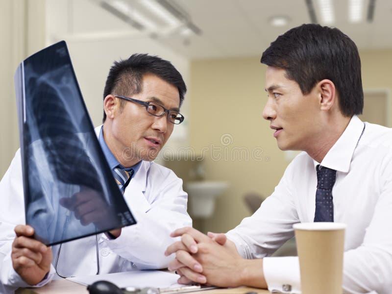 亚裔医生和患者 库存照片
