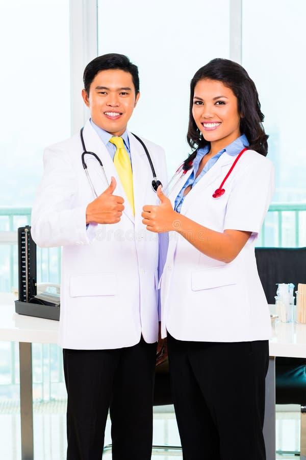 亚裔医生的办公室或医疗手术 库存照片