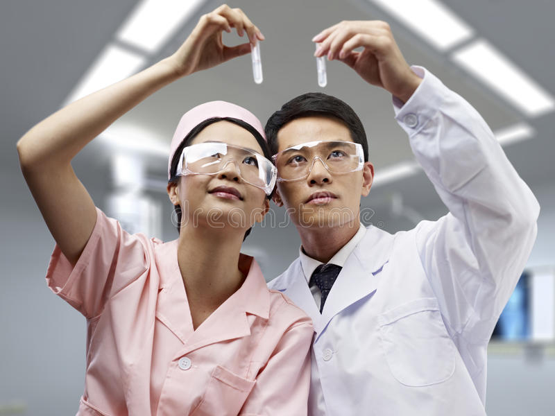 亚裔医疗专家在工作 库存照片