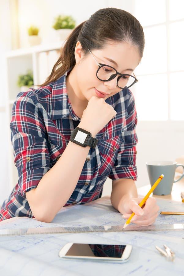 亚裔建筑师妇女佩带的smartwatch 免版税库存图片
