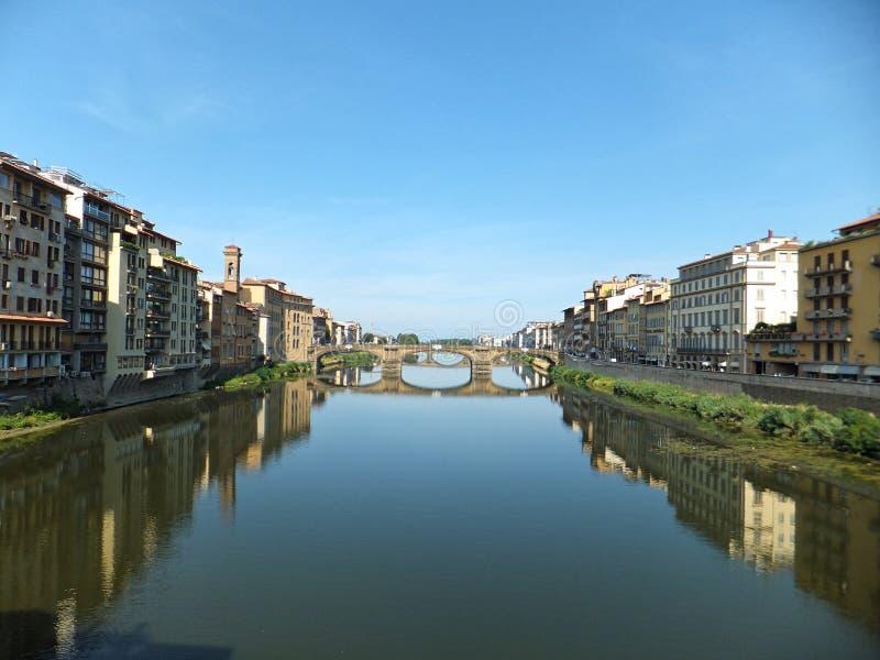 亚诺河河的南部的河岸的议院在佛罗伦萨,意大利 Florence's Ponte圣诞老人Trinita看法  免版税库存图片