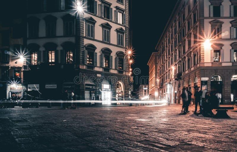 亚诺河背景佛罗伦萨辉光灯晚上河街道葡萄酒 免版税图库摄影