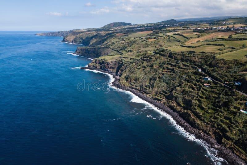 亚速尔圣米格尔岛大西洋海岸的鸟瞰 免版税库存照片