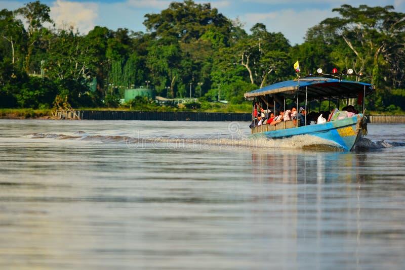 5/3/2016亚马孙河,厄瓜多尔加速在河的汽船 库存图片