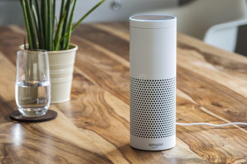 亚马逊回声加上,放出从上午的语音识别设备 库存照片