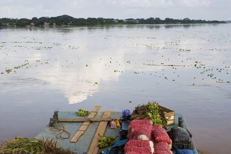 亚马逊在亚马孙河的运输小船 免版税库存图片