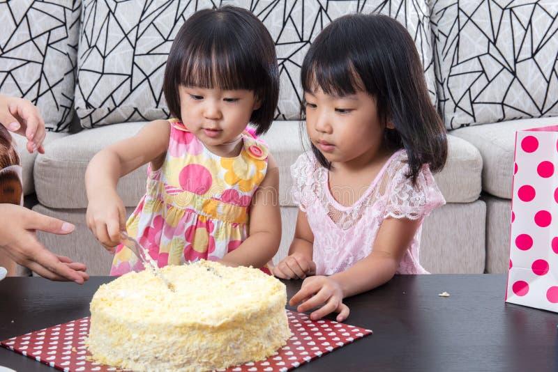 亚洲中国妹切口生日蛋糕 免版税库存照片