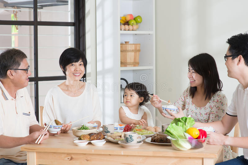 亚洲中国家庭用餐 免版税库存图片