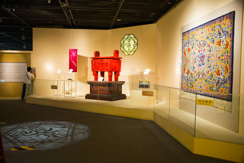 亚洲中国,北京,资本博物馆,室内陈列室,被雕刻的亮漆商品 库存图片