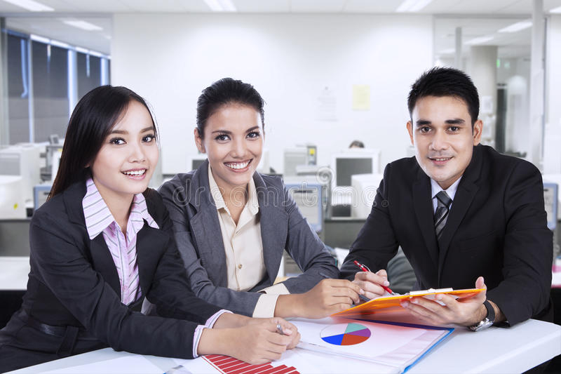 亚洲企业队在会议上 免版税库存照片