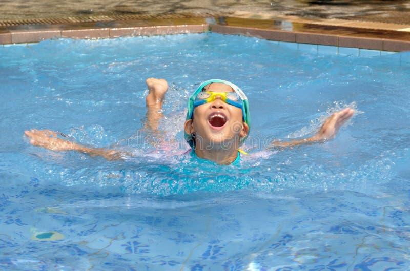亚洲儿童实践游泳 免版税图库摄影
