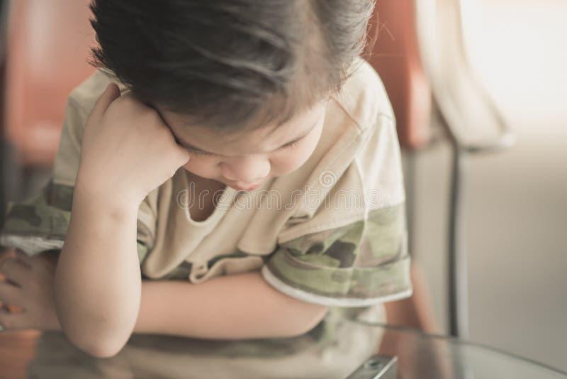亚洲儿童认为 免版税库存照片