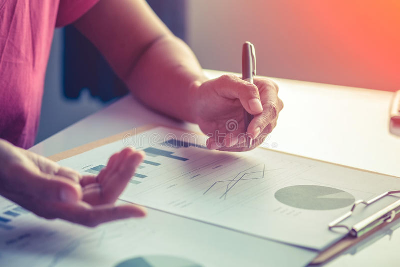 亚洲分析在书桌上的女商人投资图 图库摄影