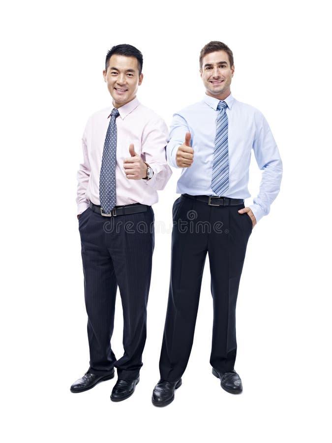 亚洲和白种人商人演播室画象  免版税图库摄影