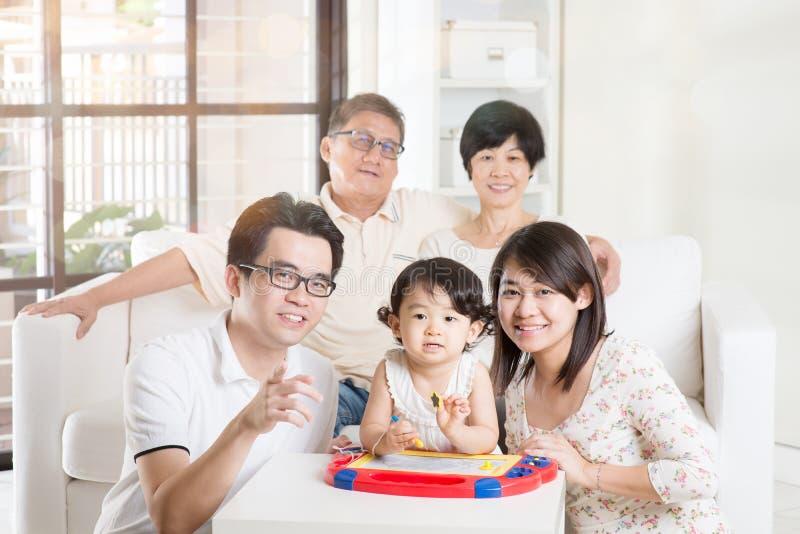 亚洲多一代家庭放松 库存图片