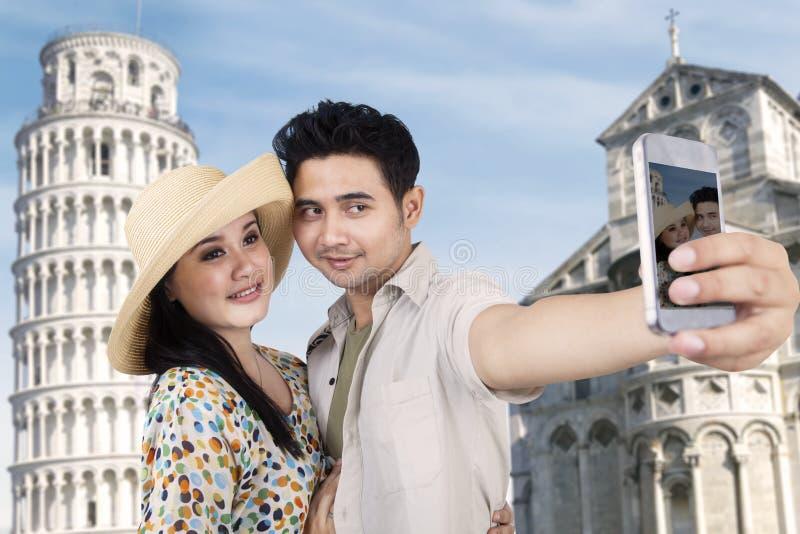 亚洲夫妇在罗马移动并且拍照片 免版税库存图片
