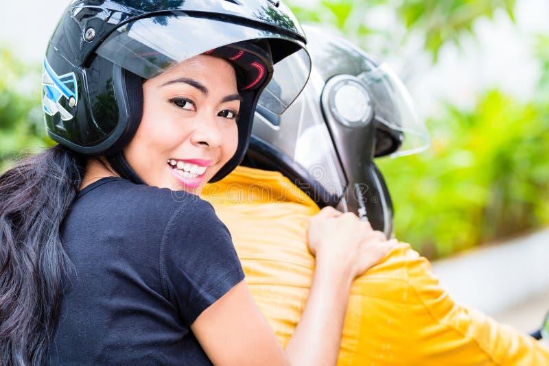 亚洲夫妇骑马摩托车 库存图片