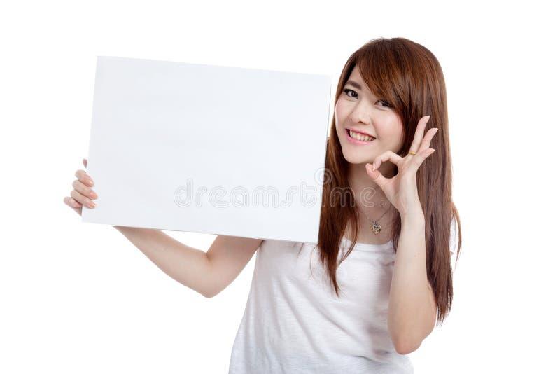 亚洲女孩举行空白标志展示OK标志 免版税库存照片