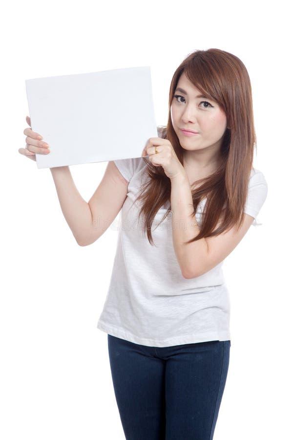 亚洲女孩举行A4大小空白标志 图库摄影