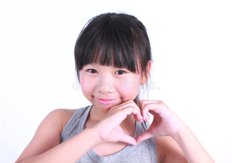 亚洲女孩展示爱标志手 免版税库存图片
