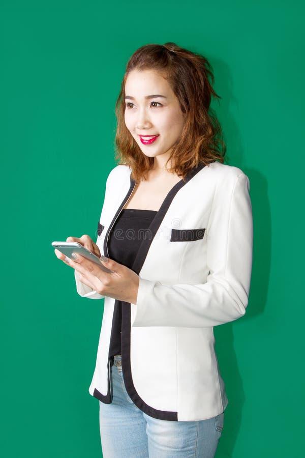 亚洲女孩用途智能手机 免版税库存照片
