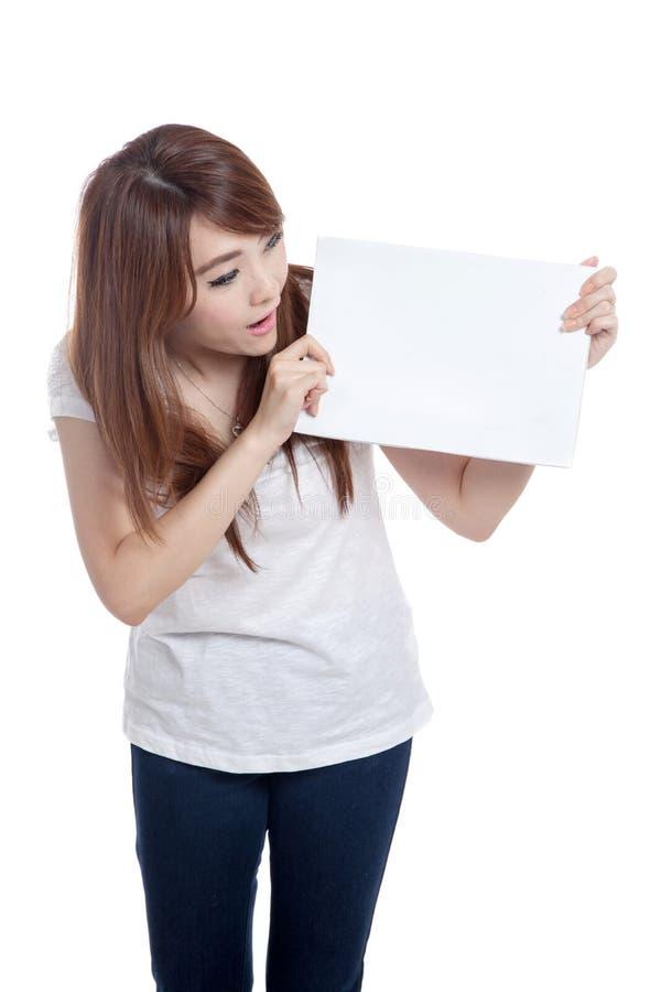 亚洲女孩看看空白的标志 免版税库存照片