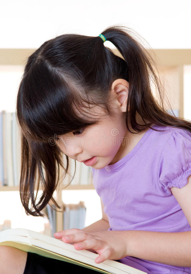 亚洲女孩读书 库存照片