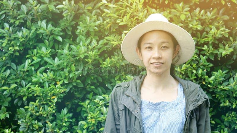 亚洲女孩绿色墙壁背景 免版税库存照片