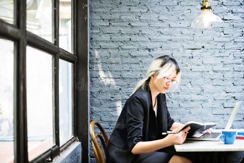 亚洲女实业家膝上型计算机计划战略运作的概念 免版税库存照片