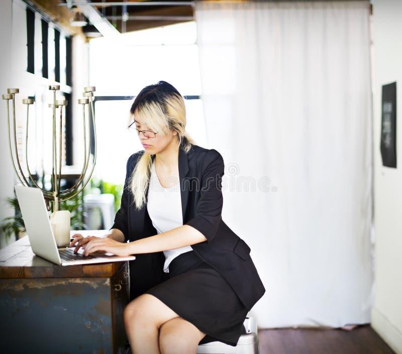 亚洲女实业家膝上型计算机计划战略运作的概念 库存照片