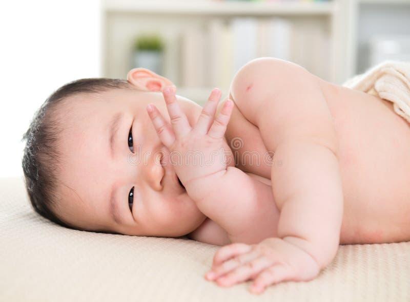 亚洲女婴尖酸的手指 库存图片