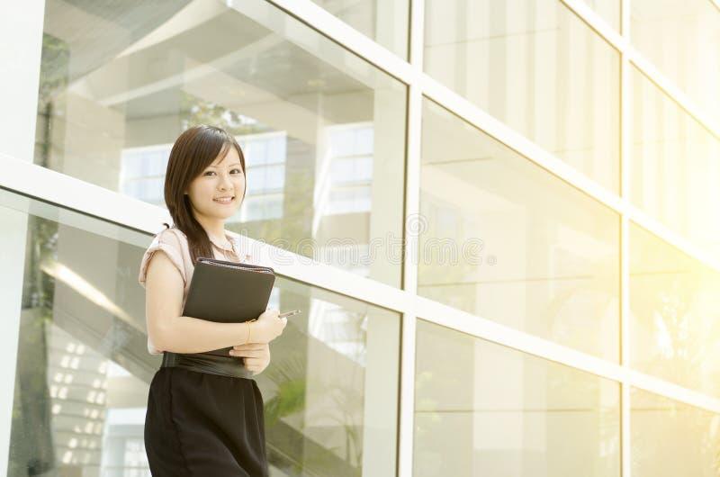 年轻亚洲女经理微笑 库存图片