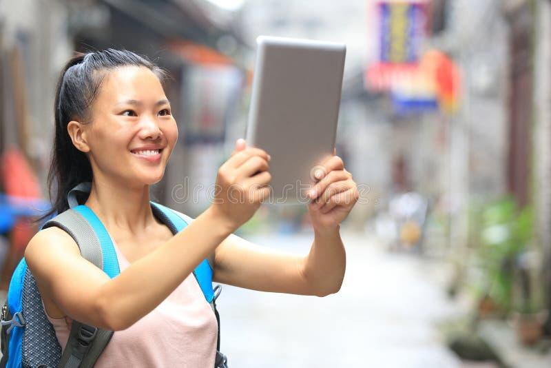 年轻亚洲妇女举行空白数字式片剂 库存照片